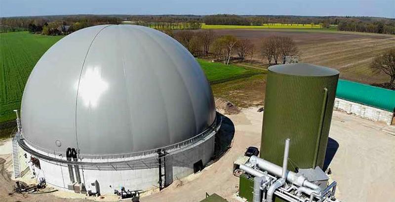 Das regenerative Speicherkraftwerk der Biogasanlage Rohlfs Biogas KG mit Flex-BHKW, Wärmespeicher und Gasspeicher.